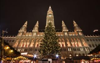 Eine weihnachtliche Mission. Zwei Helden auf dem Wiener Christkindlmarkt