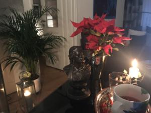 Schöne Deko: Kerzen in edlem Halter bzw. Laterne. Eiskübel als Blumenübertopf. Und eine Büste von Schiller..