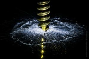 Bohrer durchbricht Glas